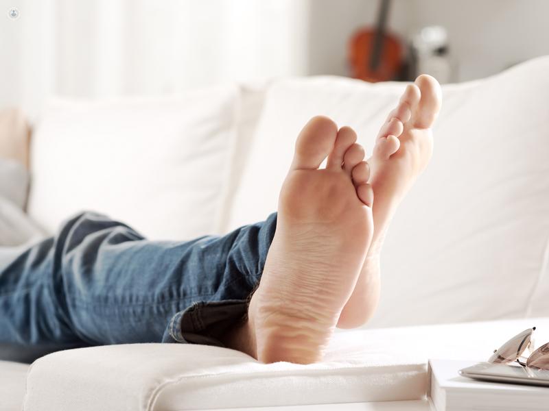 piedi nudi di un uomo steso sul divano